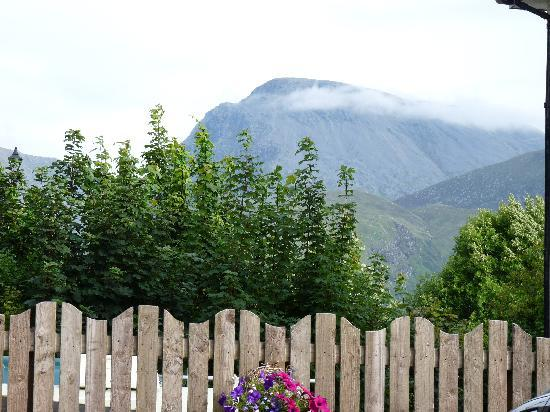 Canalside Holiday Apartments: Ben Nevis from the front house and car park