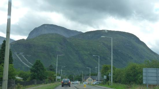 Canalside Holiday Apartments: A view of Ben on the road from Banavie to Fort William