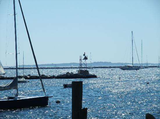 Stonington, CT: The view from our table: Our waitress told us that it's Fisher's Island on the horizon