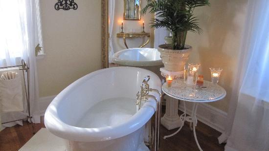 Villa Marco Polo  Inn: Romantic bath