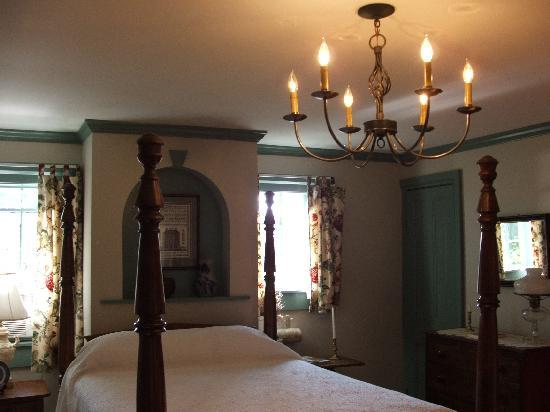 Halcyon Place Bed and Breakfast : Large bedroom in Tolbert Suite