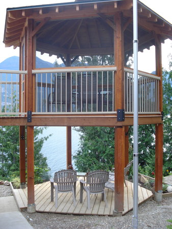 Rocky Ledges B&B: Double deck gazebo