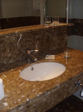 Moisissures plafond salle de bain picture of hotel for Tache moisissure plafond salle bain