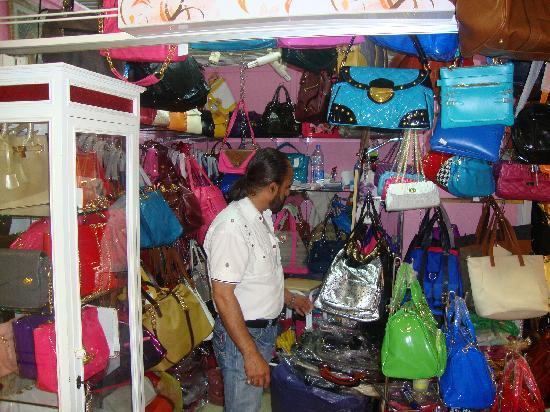 Patpong Night Market : Handbags at a shop