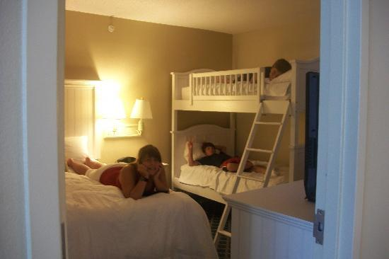 Hampton Inn & Suites Myrtle Beach/Oceanfront: Kids in their room of our suite
