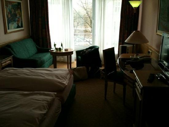 Leonardo Hotel & Residenz: Blick in den Wohn-/Schlafbereich