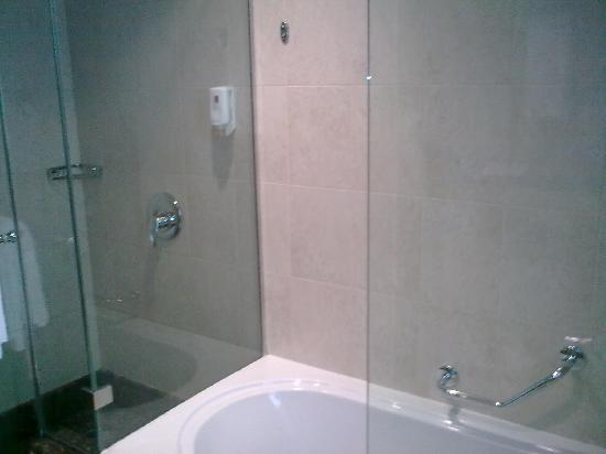 Vision Hotel Apartments: Comfy bathroom