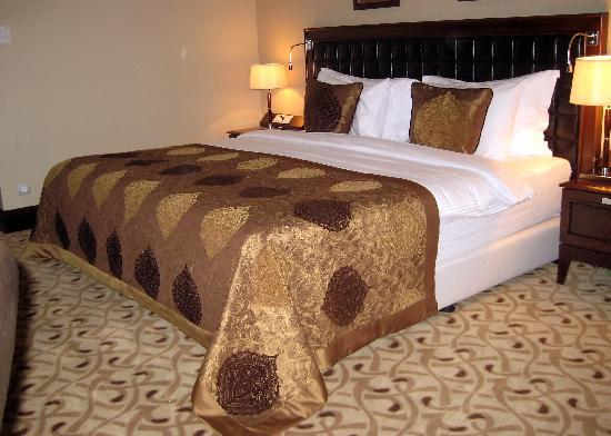 Crowne Plaza Istanbul Asia: Comfy king-size bed.
