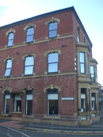 Tramways Hotel: Hotel on Blackburn main raod