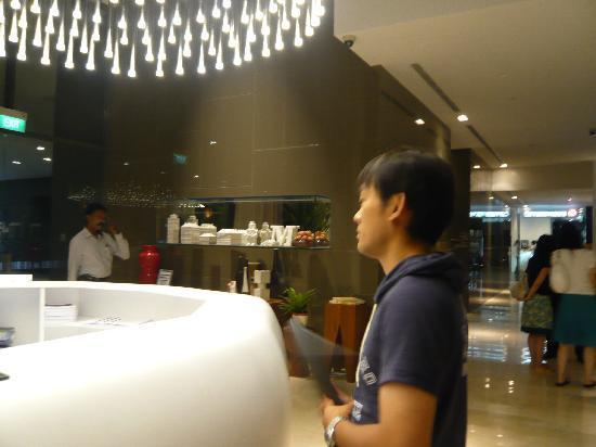 Studio M Hotel: アロマな香り漂うロビー