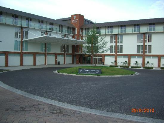Lingfield Park Marriott Hotel & Country Club: Front of the Hotel