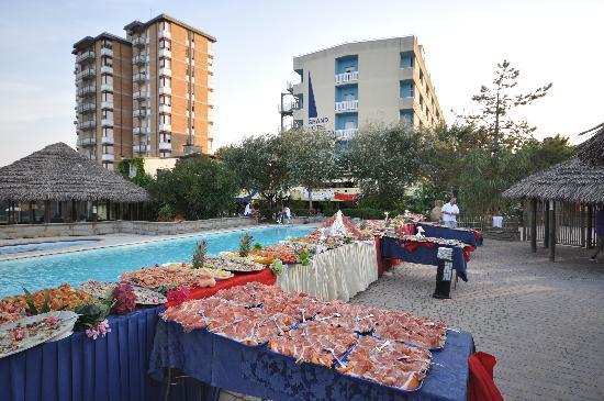 Grand Hotel Azzurra Club: buffet in piscina