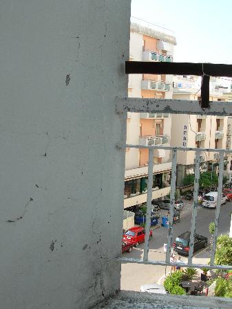 Hotel London: il balcone scrostato 4