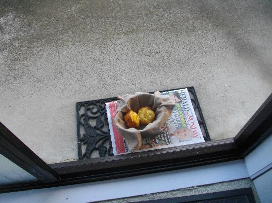 Norfolk Motel and Campervan Park : warm muffins and the daily paper