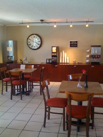 Super 8 Kissimmee: breakfast area