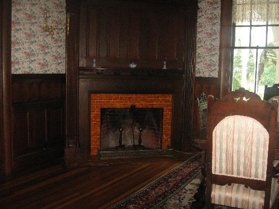Crosby Mansion: Fireplace in the dining room