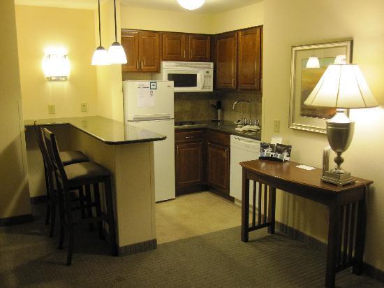 Staybridge Suites Milwaukee West Oconomowoc: Well equipped kitchenette