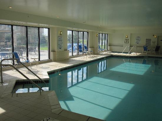 Staybridge Suites Milwaukee West Oconomowoc: Large indoor pool