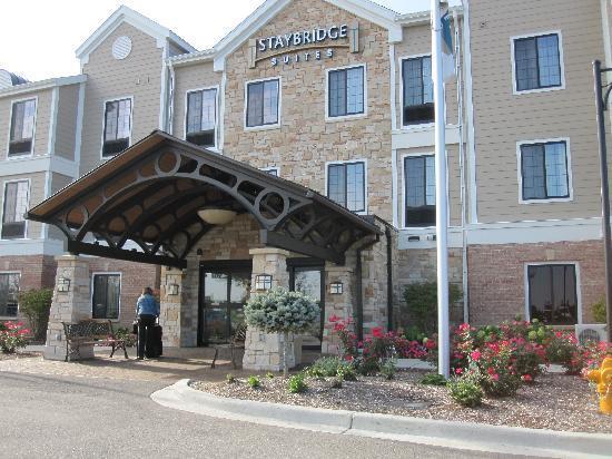 Staybridge Suites Milwaukee West Oconomowoc: Front entrance to hotel