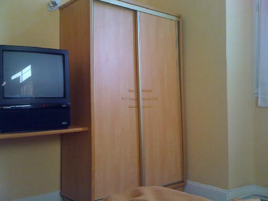 Hotel Central : TV y armario de la habitación, Central Hotel