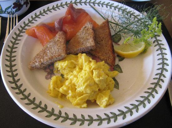 Cold Cotes Guest Accommodation & Gardens: Smoked Salmon and Scrabled Eggs - home made bread - delicious!