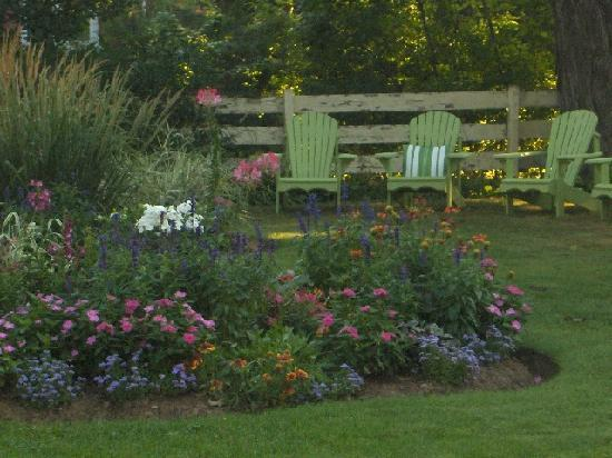 Brown's Manor Bed and Breakfast: Garden seating