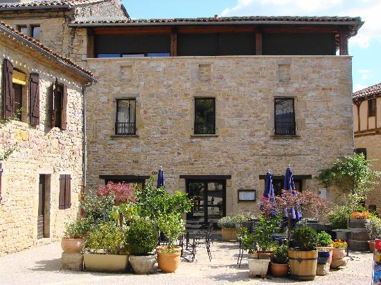 Puycelci, Francia: L'ancienne auberge - Façade et terrasse