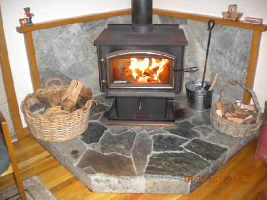 Ferrando's Hideaway Cottages: Fireplace