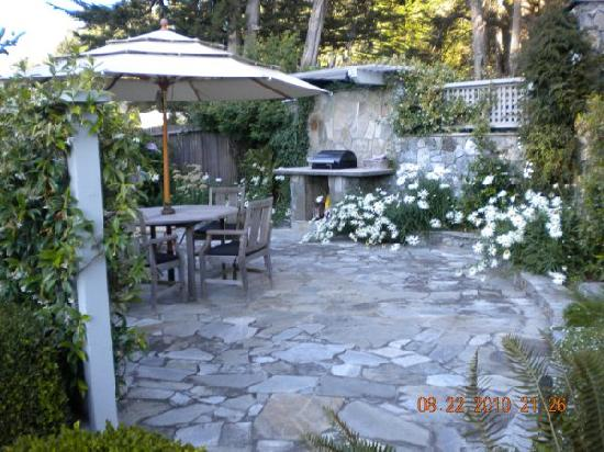 Ferrando's Hideaway Cottages: Outdoor grill and patio
