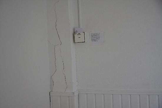 New Aegli Resort Hotel: Cracks in the wall of the room