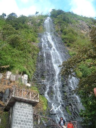 Banos, Ecuador: Small waterfall in town