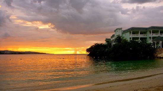 Grand Palladium Lady Hamilton Resort & Spa : Sunset at Coral Beach