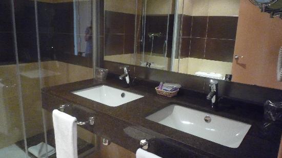 Hotel Desitges: Salle de douche avec double vasque