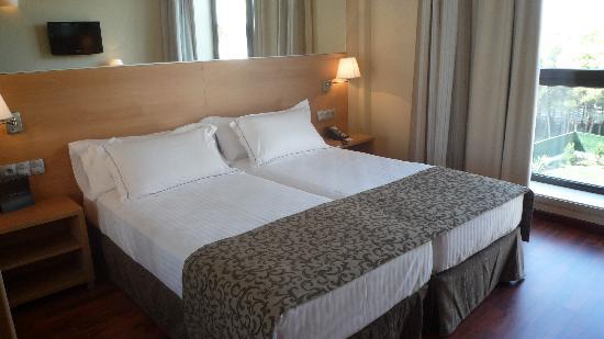 Hotel Desitges: Grand lit accueillant et douillet
