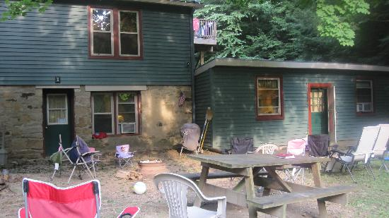 Cooksburg, PA: Outside view of lodge - bottom floor unit