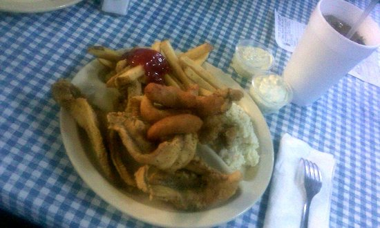 Gastonia, Kuzey Carolina: Salt & Pepper Catfish Fillets homemade tartar, hushpuppies, fries and slaw