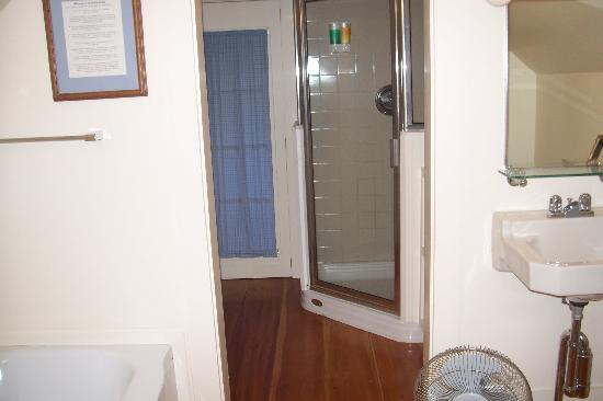16 Beach Street Bed and Breakfast: Shared bathroom on 3rd floor