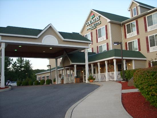 Country Inn & Suites By Carlson, Lake George (Queensbury): driveway entrance
