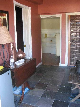 Mill Creek Inn: The entry foyer.....