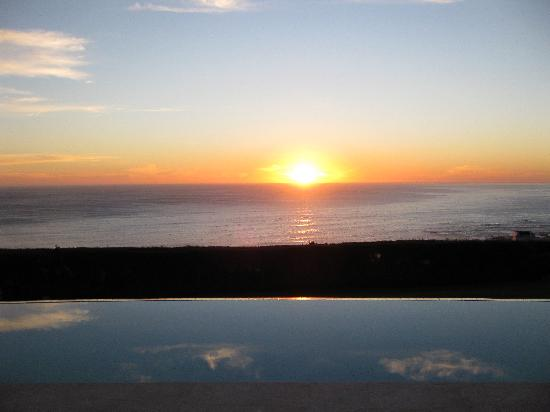 Atlantic Suites Camps Bay: Stunning sunset view from back patio overlooking the pool