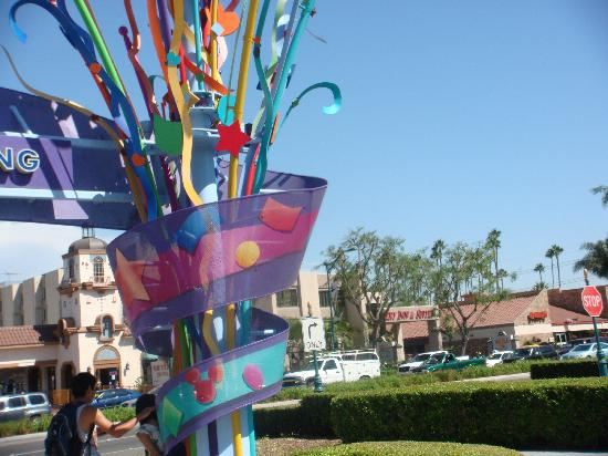 Anaheim Desert Inn and Suites: The hotel from the Disney entrance