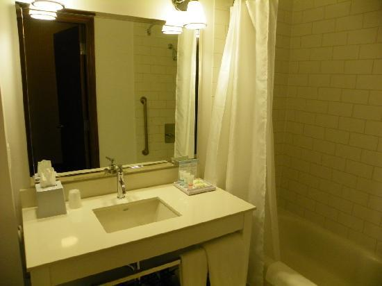 Four Points by Sheraton Calgary Airport: bathroom has everything perfectly laid out
