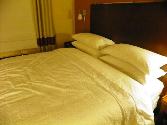 Four Points by Sheraton Calgary Airport: comfy bed, four pillows...