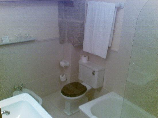 Hotel Airas Nunes: spotless bathroom room 24