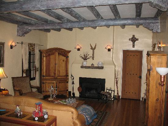 Adobe Inn at Cascade: This is the common area on the main leve. There is a guest refrigerator and drink bar area withh