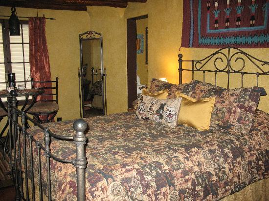 Adobe Inn at Cascade: The Moonlight Suite bed