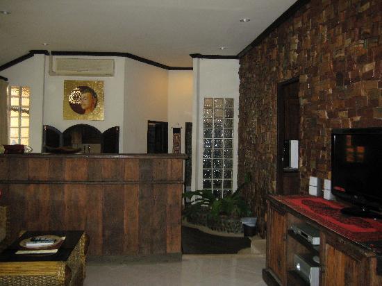 Polina Park Hotel: Villa, Wohnraum mit hinten Essbereich u. Küche