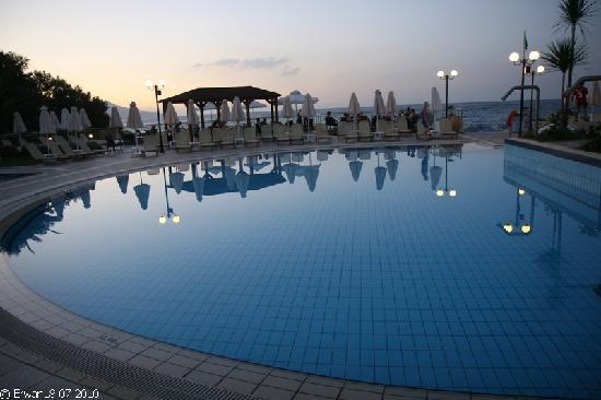 Hydramis Palace Beach Resort: La piscine au crépuscule