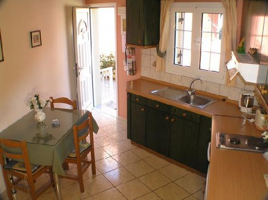 Rolandos Apartments: Kitchen/Sitting-room