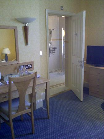Imperial Hotel: Large bathroom ...